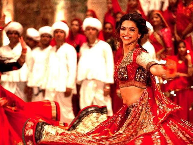 Deepika-Padukone-reportedly-broke-down-on-the-last-day-of-Ram-Leela-when-Sanjay-Leela-Bhansali-praised-the-actress