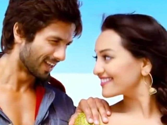 Sonakshi-Sinha-and-Shahid-Kapoor-will-be-seen-romancing-together-in-Prabhu-Deva-s-upcoming-Rambo-Rajkumar-Once-again-the-director-has-created-the-rustic-look-in-the-film-Browse-through