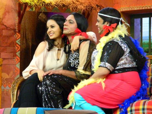 Kangna-Ranaut-poses-with-Gutthi-and-Palak-two-famous-personalities-on-the-sets-of-Comedy-Nights-with-Kapil