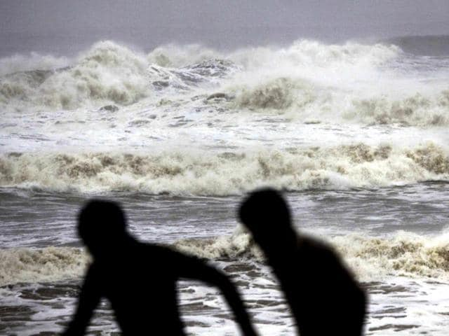 People-run-for-shelter-following-a-cyclone-warning-at-the-Bay-of-Bengal-coast-in-Gopalpur-beach-in-Ganjam-district-about-200-kilometers-125-miles-from-Bhubaneswar-AP-Photo