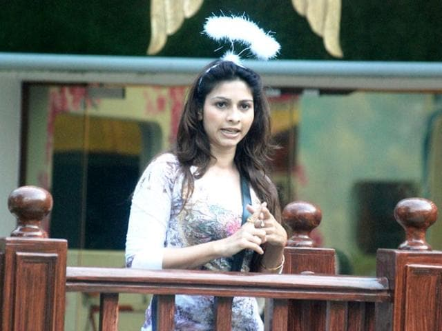 Tanisha holds ground at the Katghara, accuses Gauahar of bias.