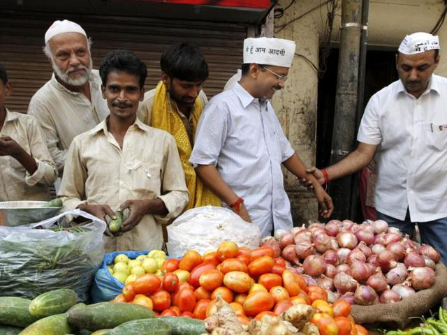 Aam-Aadmi-Party-leader-Arvind-Kejriwal-holds-a-garland-as-he-arrives-at-a-public-meeting-in-New-Delhi-AFP-PHOTO