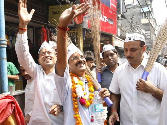 AAP-leader-Arvind-Kejriwal-in-an-autorickshaw-during-a-visit-to-Tughlaq-lane-slums-in-Delhi-HT-Photo-Sunil-Saxena