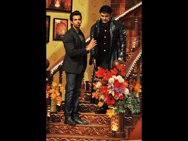 Hrithik Roshan on sets of Comedy Nights with Kapil. (Photo: Twitter/iHrithik)
