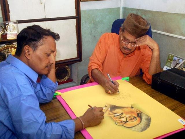Prabodh Chandra Dey, popularly known as Manna Dey, signs on his painting at his residence in Kolkata on April 30, 2008, the eve of his 88th birth anniversary. Manna Dey was admitted to the hospital due to chest infection on Saturday. (PTI Photo)