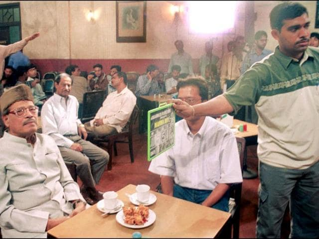 A documentary film, based on Manna Dey, being shot at College Street Coffee House, Kolkata on February 19 2002. In 1969, Dey won his first National Film Award for best male playback singer for Hindi film Mere Huzur. (HT Photo)