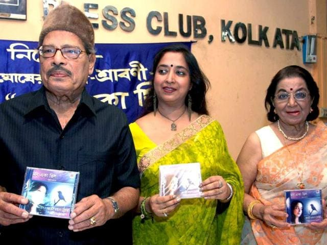 Singer Manna Dey, along with his wife, releases a Bengali songs album named Mon Eka Chhalo of Shraboni Ghosh in a file photo from May 21, 2006. Dey was honoured with Padma Shri in 1971. (PTI Photo)