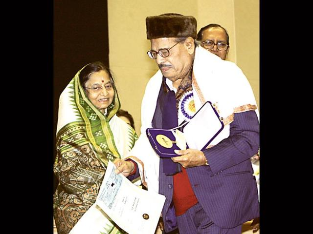 President Pratibha Patil presents the Dadasaheb Phalke award to singer Manna Dey at the 55th National Film Awards Function in New Delhi on October 21, 2009. (HT Photo)