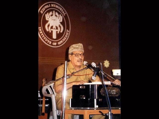 Noted singer Manna Dey performs in Bangalore at a special fund-raising event in aid of cancer victims in this photo dated April 21, 2002. (PTI Photo)
