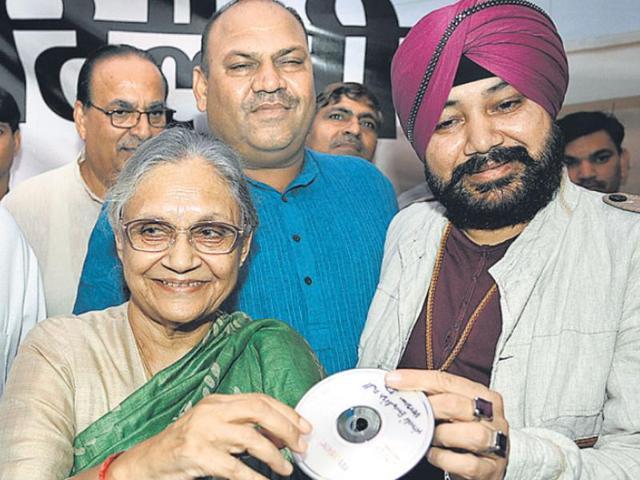 Sheila-Dikshit-launches-the-music-CD-of-the-song-showcasing-Delhi-govt-s-achievements-in-New-Delhi-Sonu-Mehta-HT-Photo