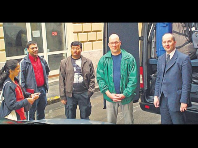 The-Anands-with-GM-Surya-Sekhar-Ganguly-and-the-two-drivers-who-drove-them-from-Frankfurt-to-Sofia-in-40-hours-in-2010-HT-file-photo