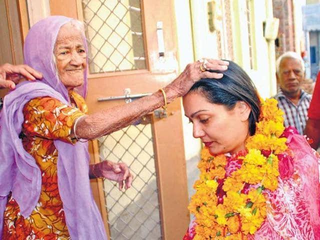 BJP-candidate-Siddhi-Kumari-seeks-blessings-of-an-elderly-voter-HT-File-Photo