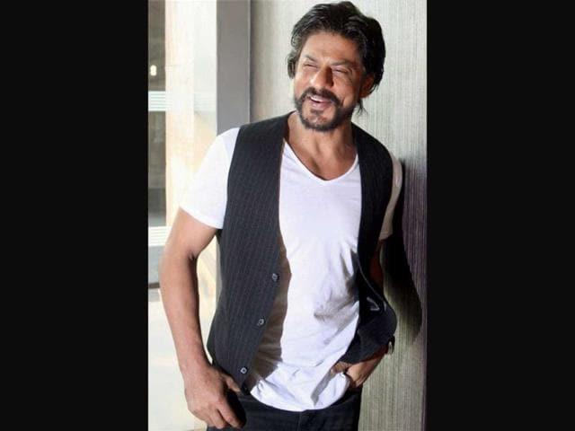 SRK-with-Priyanka-and-Farhan-Akhtar-at-a-radio-station-Photo-courtesy-Smitag-Pinkvilla
