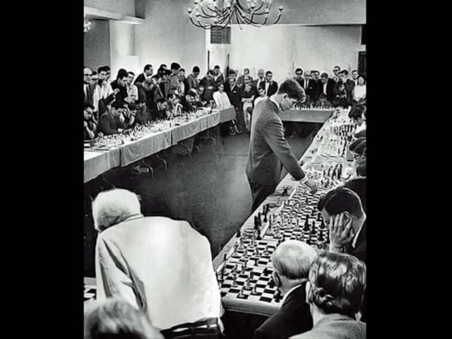 In 1964, US chess prodigy Bobby Fisher played 50 opponents at once. He won 47, lost 1 and drew 2. (Photo: Twitter/@history_pics)