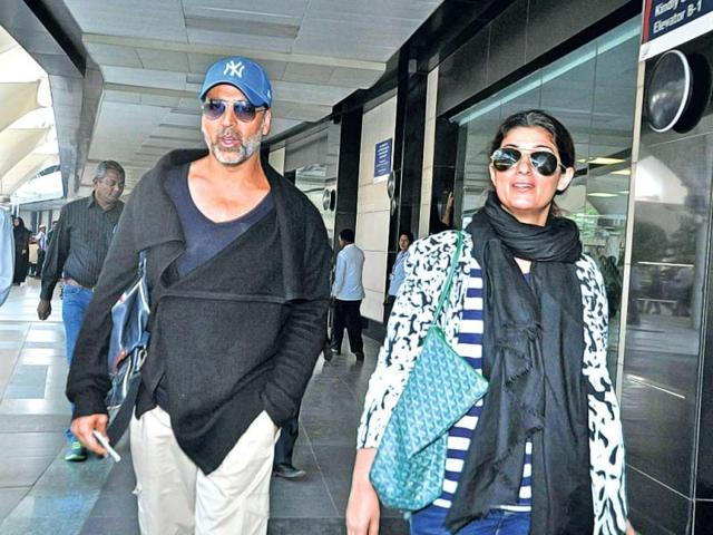 A-very-different-looking-Akshay-Kumar-spotted-with-wife-Twinkle-Khanna-Browse-for-more-pics-of-more-celebs-caught-unawares-on-the-camera