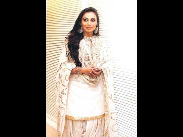 Rani-Mukherji-donned-pink-ghagra-choli-with-golden-nathni-nose-ring-minus-other-jewellery