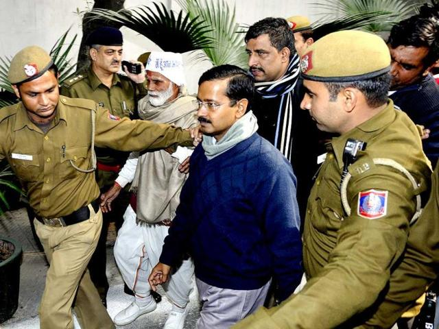 Aam-Aadmi-Party-leader-Arvind-Kejriwal-waves-at-mediapersons-before-his-meeting-with-the-Delhi-LG-Najeeb-Jung-in-New-Delhi-Sonu-Mehta-HT-Photo