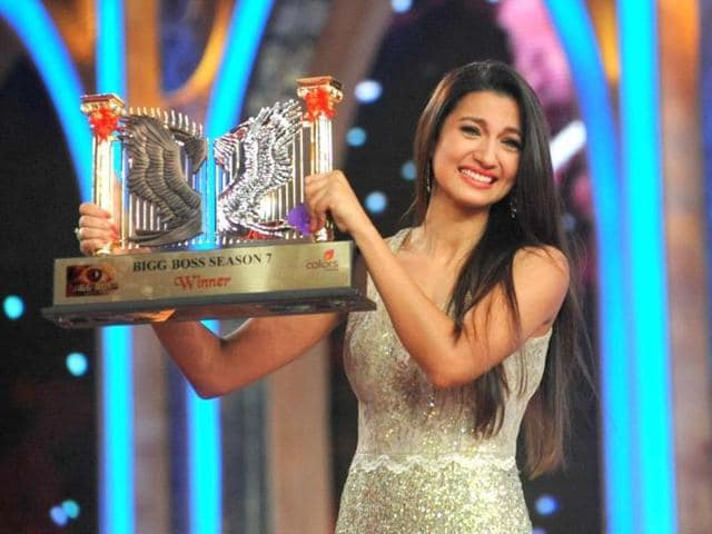 Model-and-actress-Gauhar-Khan-poses-with-the-Bigg-Boss-Season-7-reality-television-series-trophy-in-Mumbai-AFP-Photo
