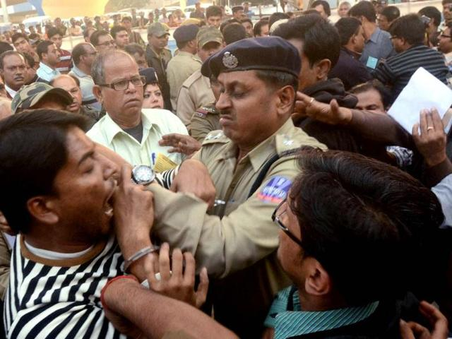 Police-scuffle-with-media-to-meet-West-Bengal-CM-Mamata-Banerjee-and-governor-MK-Narayanan-during-function-to-release-of-the-first-ever-Administrative-Calendar-of-thet-state-govt-near-Kolkata-PTI-photo