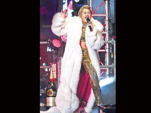 Miley-performs-in-a-large-furry-white-coat