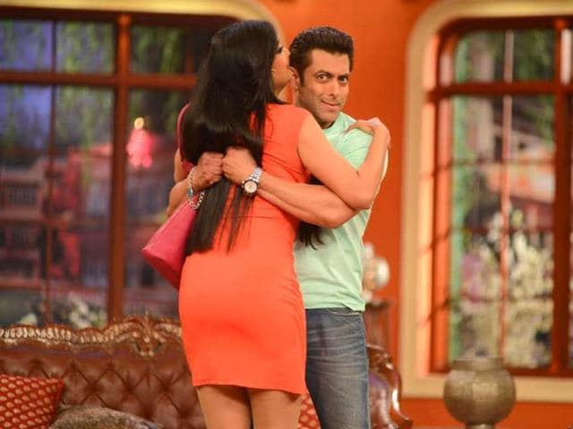 Shweta Tiwari hugs Salman Khan on Comedy Nights with Kapil