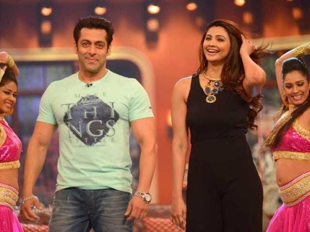 Salman Khan and Daisy Shah perform on the sets of Comedy Nights with Kapil while promoting Jai Ho.
