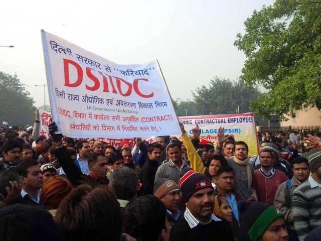 AAP-supporters-flood-Ramlila-Maidan-for-Arvind-Kejriwal-oath-taking-ceremony-Darpan-Singh-HT-photo