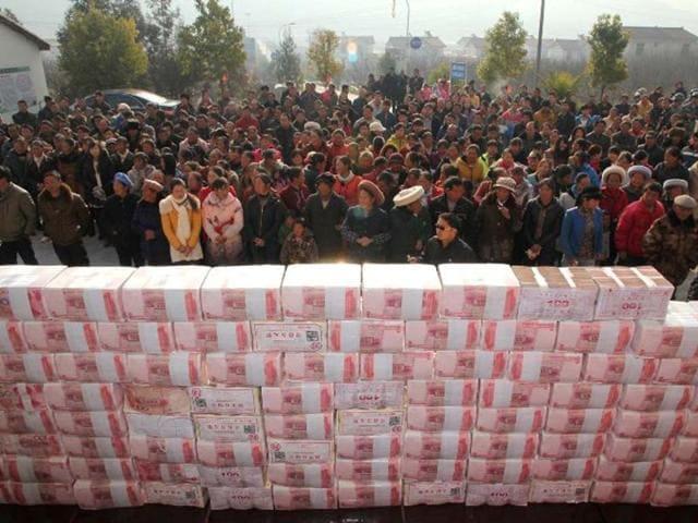 Sichuan,year-end bonuses,CHina farmers build money wall