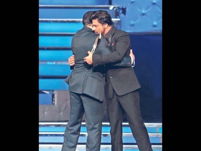 SRK, Salman hug at awards function