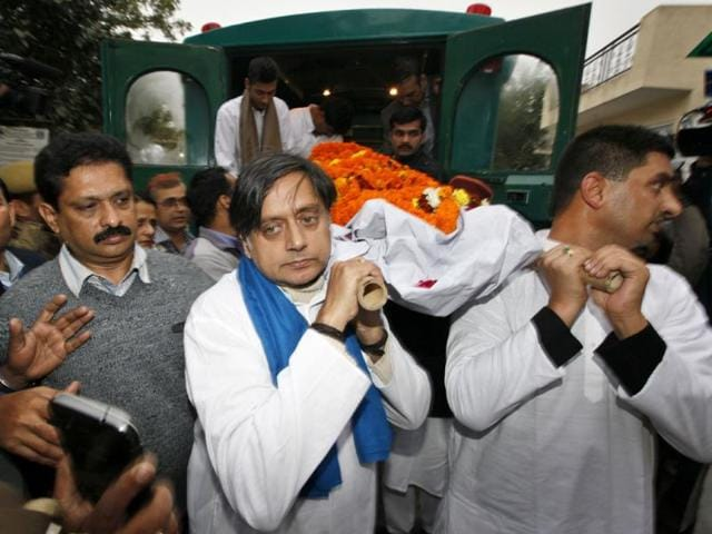 Shashi Tharoor and his relatives and friends carry the body of his wife Sunanda Pushkar before her cremation in New Delhi. (Raj K Raj/HT)