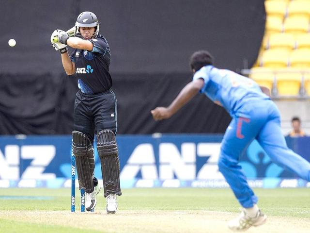 Ross Taylor (L) of New Zealand hits Varun Aaron (R) during their fifth and final ODI in Wellington. (AFP Photo)