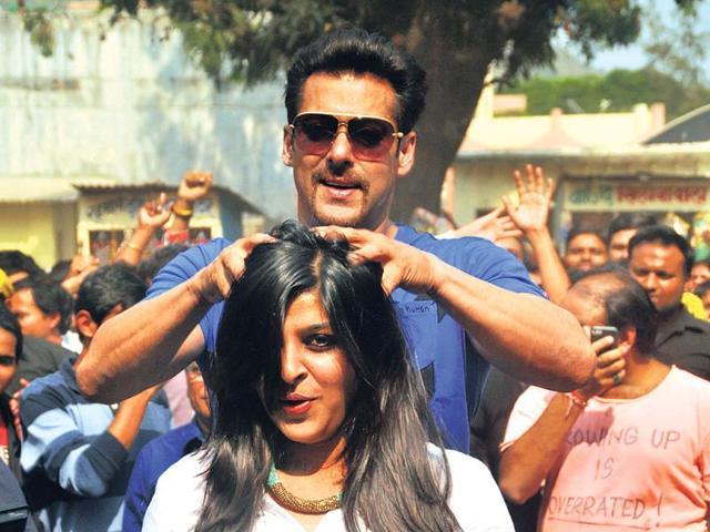 Salman Khan turns barber