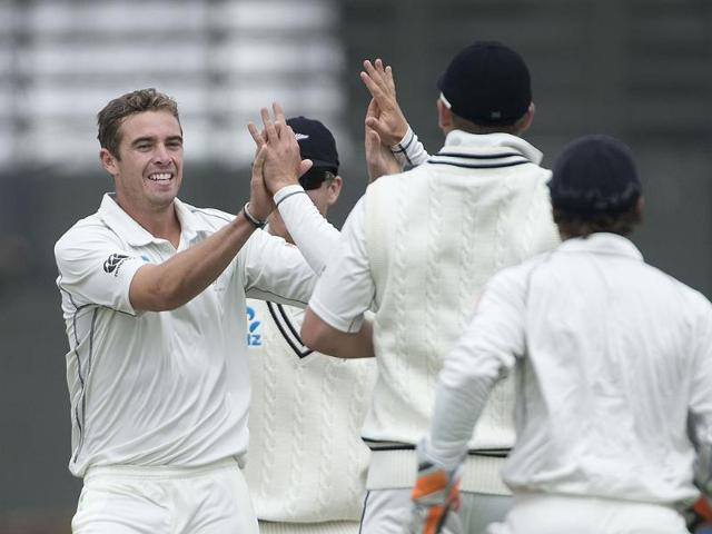 Tim Southee (L) of New Zealand celebrates with teammates after Murali Vijay was caught out during Day 5 of the 2nd Test at the Basin Reserve in Wellington. (AFP Photo)