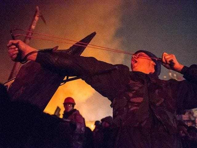 Anti-government protesters clash with policemen in Kiev. (AFP photo)