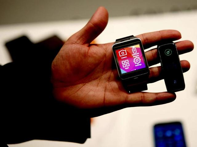 New-Samsung-Gear-2-smartwatch-L-and-Gear-Fit-fitness-band-are-displayed-at-the-Mobile-World-Congress-in-Barcelona-Reuters-photo