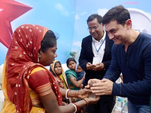 Aamir Khan meets the family members of