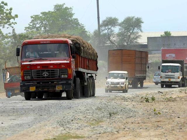 Vehicles-move-precariously-on-a-damaged-NH-33-near-Jamshedpur-Arvind-Sharma-HT