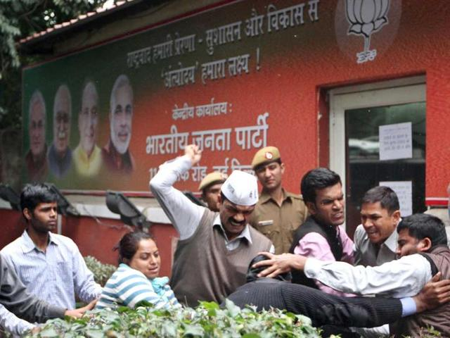 AAP activists clash with BJP workers outside BJP headquarters in New Delhi. (Arvind Yadav/HT photo)