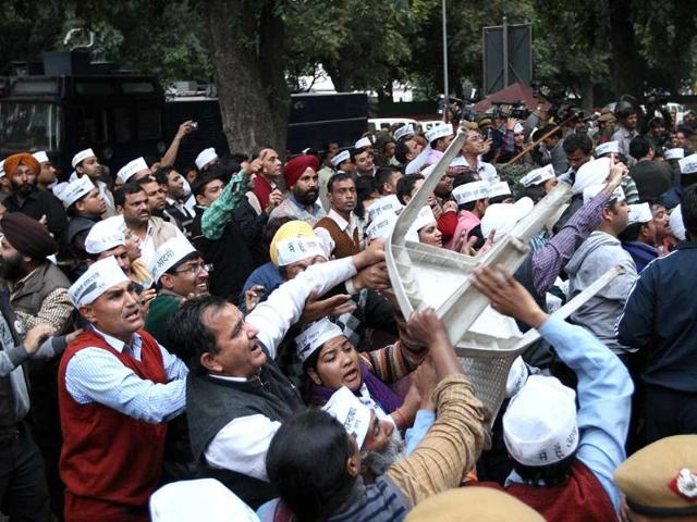 BJP workers clashing with Aam Aadmi Party workers outside BJP headquarters in New Delhi. (Arvind Yadav/HT photo)