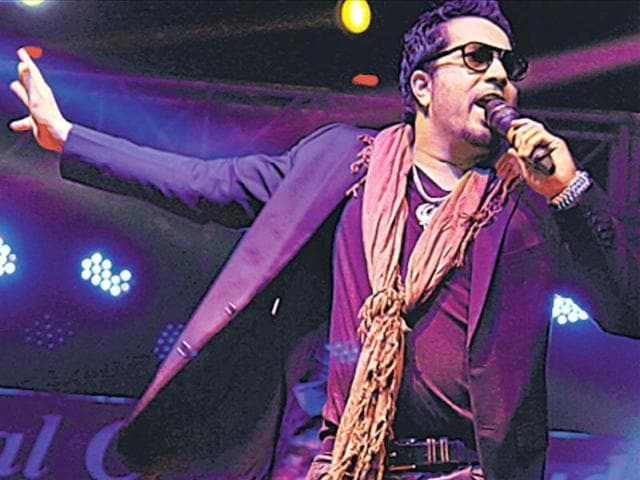 Mika-Singh-at-the-KMC-fest