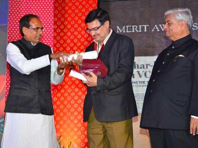 Arun-Kumar-bureau-chief-Hindustan-Times-Patna-receiving-the-KC-Kulish-journalism-award-by-Madhya-Pradesh-chief-minister-Shivraj-Singh-Chouhan-at-a-function-in-Jaipur-HT-photo