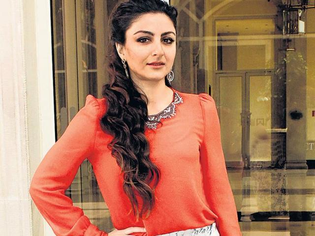 Soha-Ali-Khan-honoured-winners-of-a-children-s-contest-in-Parel