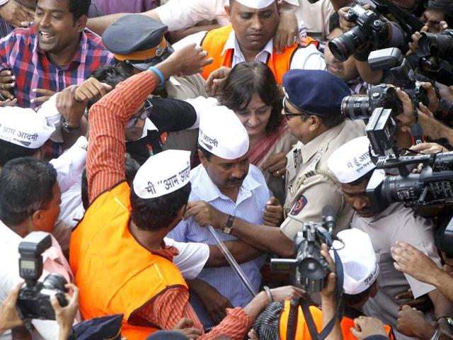 Chaos at Mumbai Airport on the arrival of Aam Aadmi Party chief Arvind Kejriwal in the state for campaigning ahead of Lok Sabha polls. (Satish Bate/HT Photo)