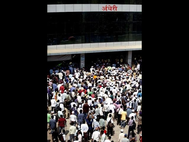 Crowd waits at Mumbai Airport ahead of Aam Aadmi Party chief Arvind Kejriwal