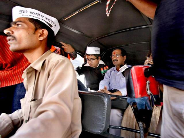AAP leader Arvind Kejriwal travels in an auto after his arrival in Mumbai to campaign for party candidates ahead of Lok Sabha elections. (Satish Bate/HT Photo)