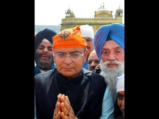 Battle for Amritsar peaks with Jaitley calling Capt a 'monarch'