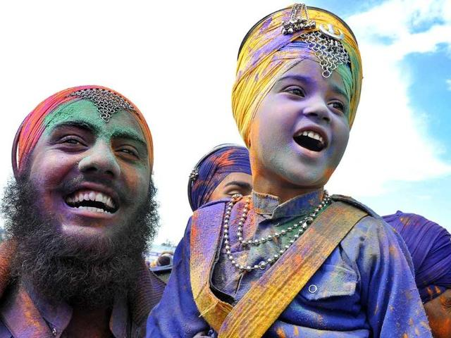 Thousands converge in Punjab for 'Hola Mohalla'