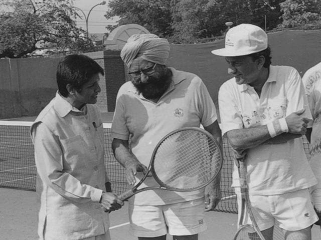 Noted author Khushwant Singh, who passed away at the age of 99, talks to then IPS officer Kiran Bedi during a game of tennis on November 10, 1994. (Santosh Gupta/HT Photo)