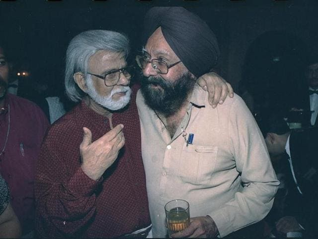 Noted author and journalist Khushwant Singh, who passed away at the age of 99 on Thursday, chats with painter and sculptor Satish Gujral at a book release function on September 24, 1999. (Shiv/HT Photo)