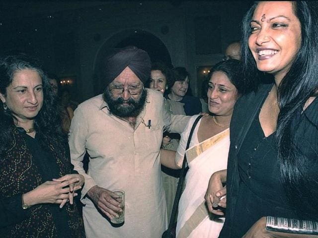 Noted author and journalist Khushwant Singh, who passed away at the age of 99 on Thursday, with author Bulbul Sharma (left) and others at a book release event on September 24, 1999. (Shiv/HT Photo)